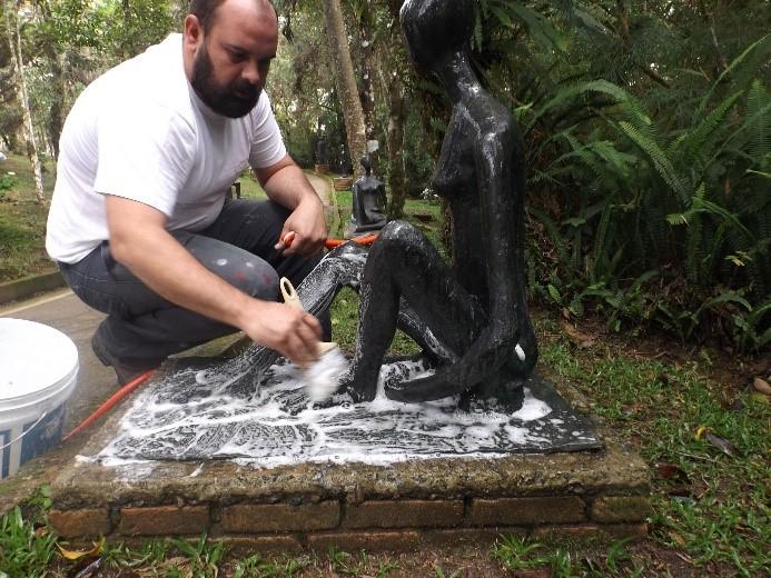 Higienização e remoção de sujidades de bronze