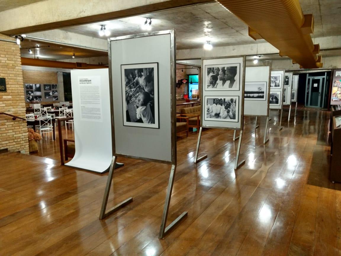A imagem mostra o saguão do Museu e Auditório Com a exposição fotográfica Moçambique