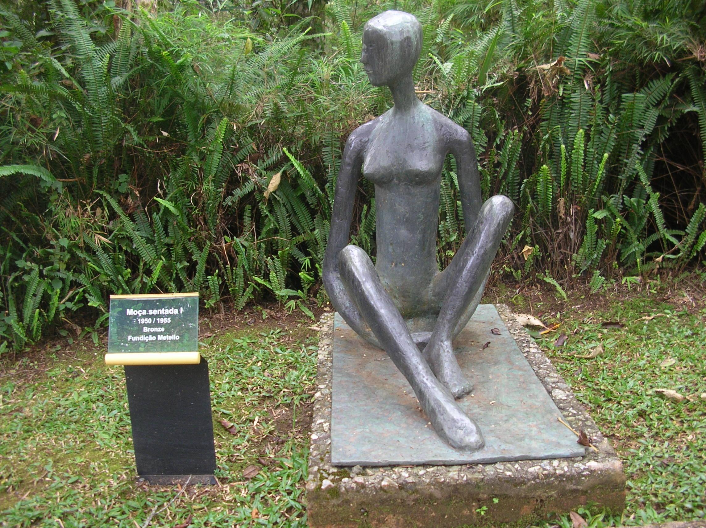 Escultura em bronze. Moça Sentada I, de Felícia Leirner