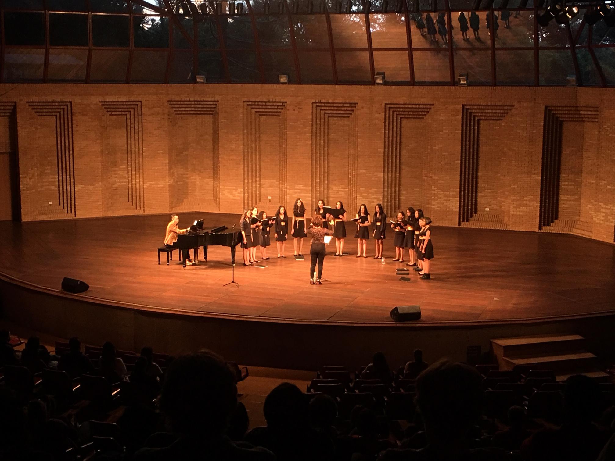 Meninas Cantoras de Campos do Jordão se apresentam no palco do Auditório Claudio Santoro