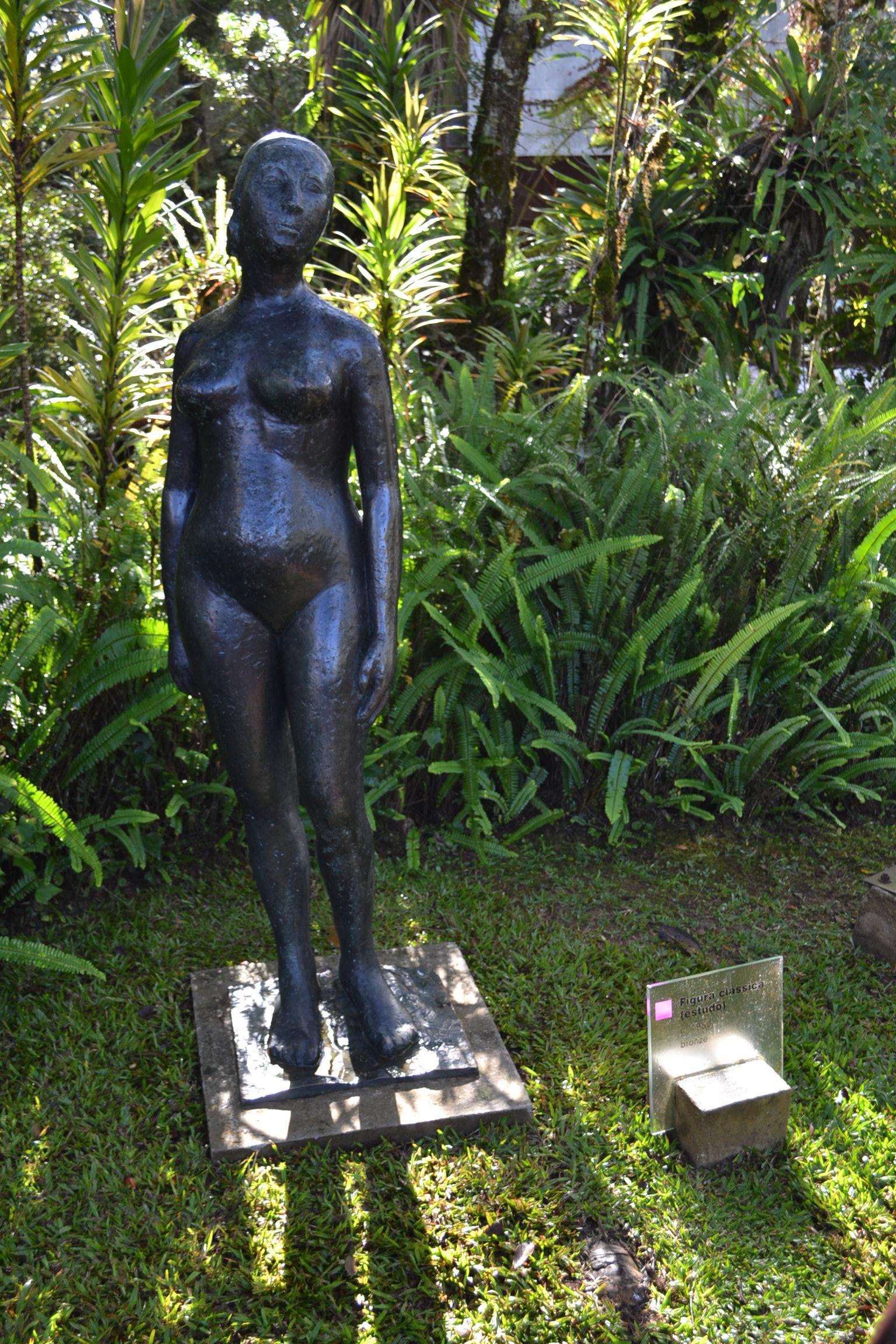 "Escultura ""Figura Clássica"" de Felícia Leirner."