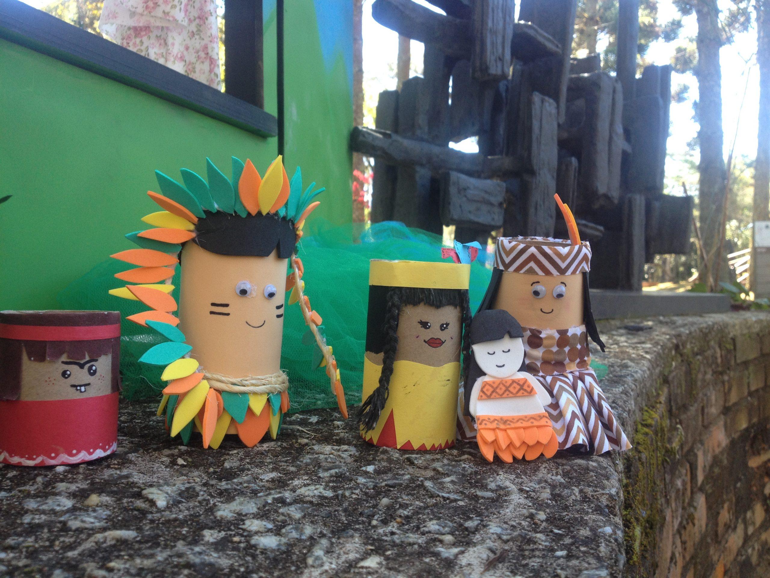 Na imagem há bonecos indígenas feitos de rolo de papel.