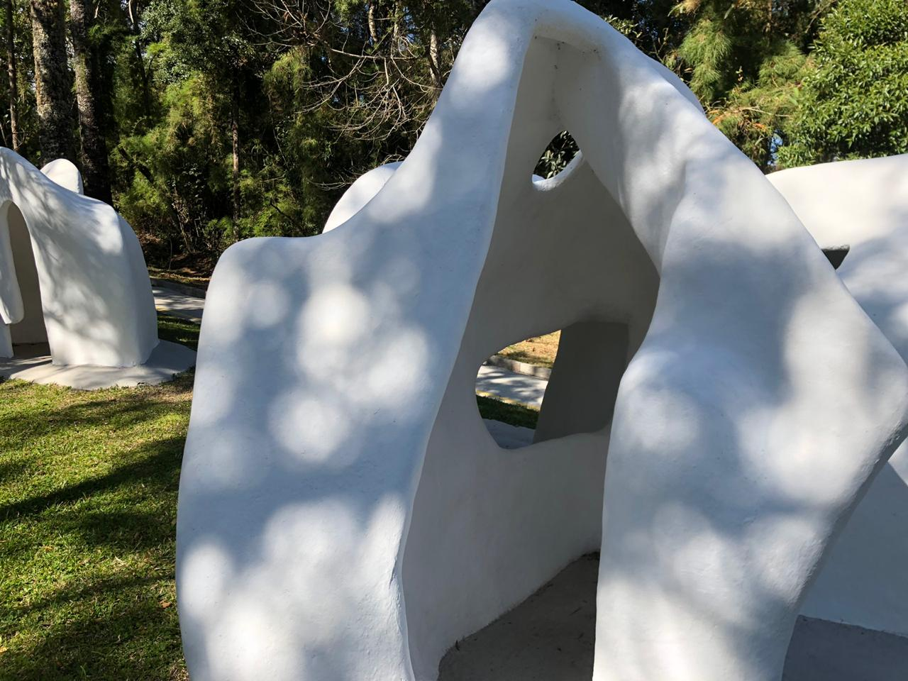 "Detalhes da escultura ""Habitáculos"" de Felícia Leirner"