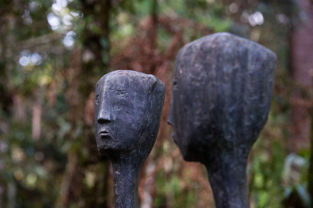 Uma escultura feita em bronze que se assemelha a um casal.